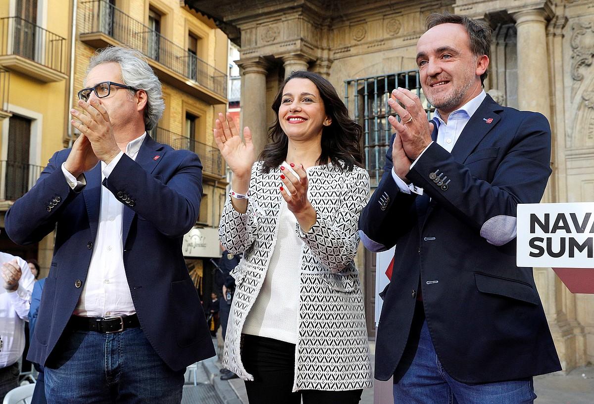 Carlos Perez Nievas, Ines Arrimadas eta Javier Esparza, asteartean, Iruñean. / JESUS DIGES / EFE