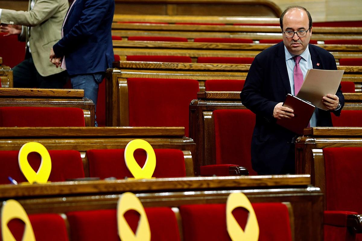 Miquel Iceta PSCko burua, atzo, Kataluniako Parlamentuan, espetxean dituzten lider independentistak oroitzeko xingola horiak ondoan dituela.