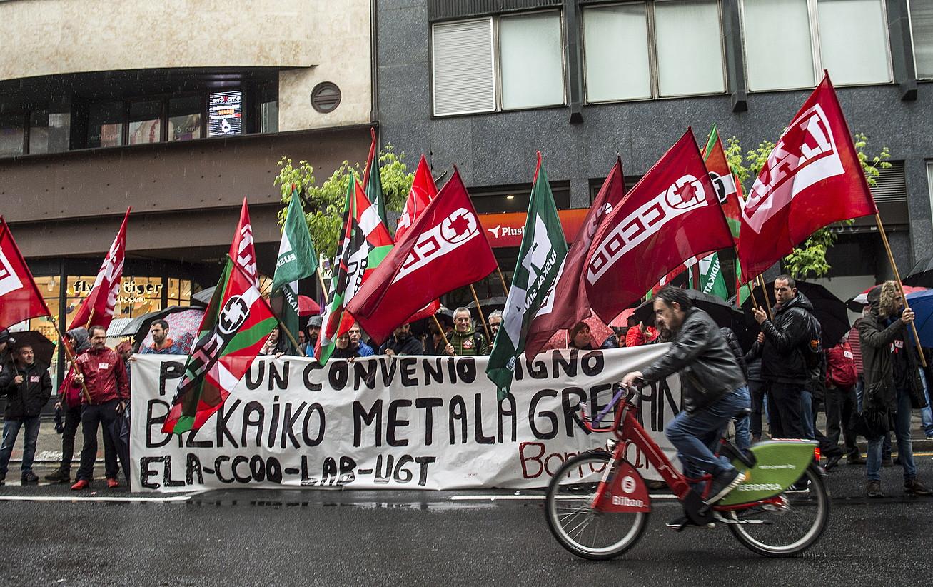 Lau sindikatu nagusiek mobilizazio bateratua egin zuten, atzo, Bizkaiko metaleko lan ituna negoziatzeko bilerara sartu aurretik. ©MARISOL RAMIREZ / FOKU