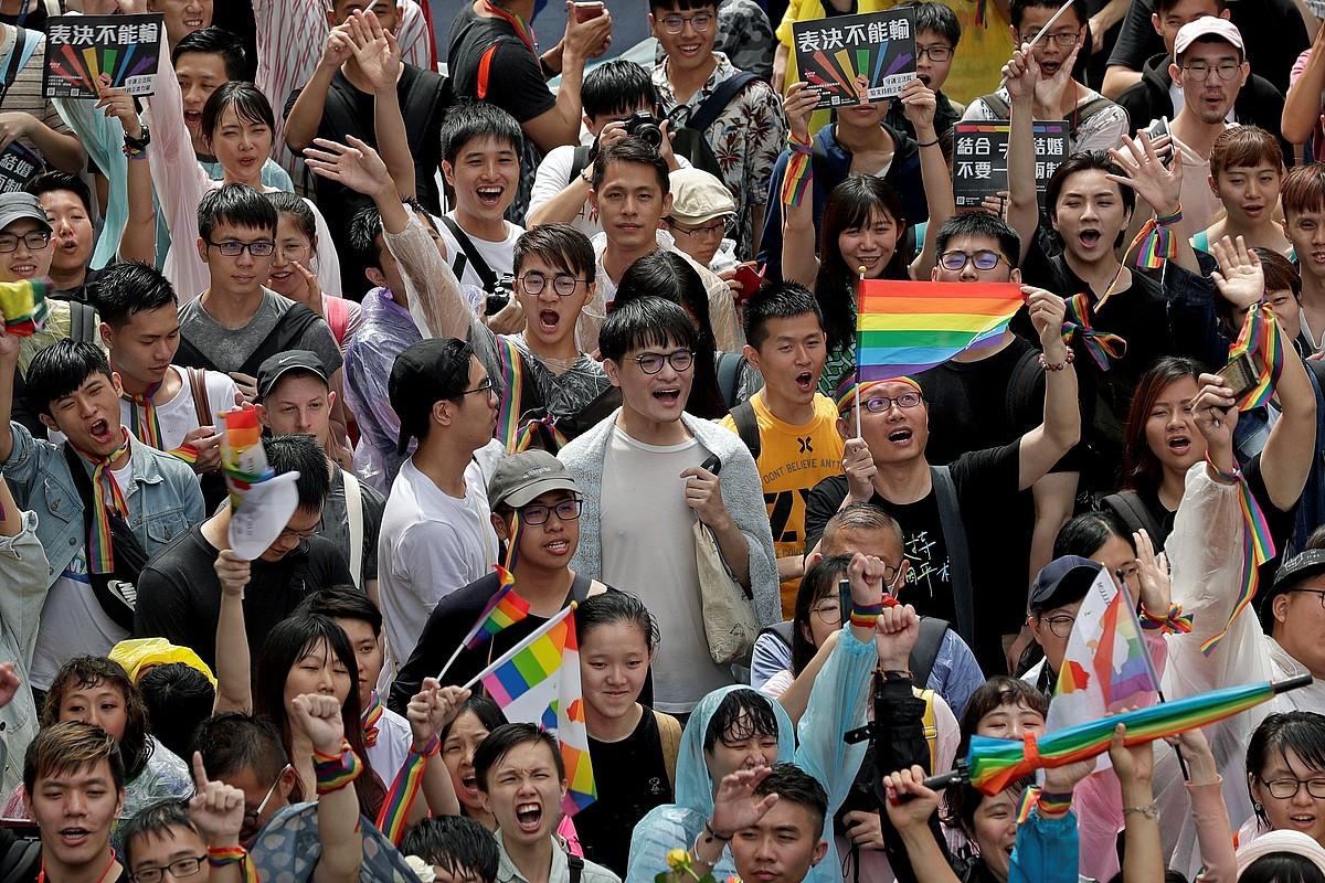 LGTBI kolektiboaren jarraitzaileak, atzo, Taiwanen, legebiltzarrak legea onartu duela ospatzen. ©RITCHIE B. TONGO / EFE
