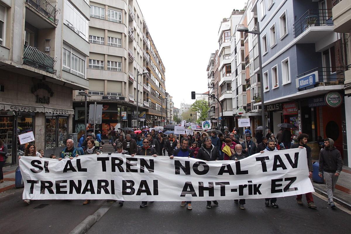 Tren sozialaren aldeko manifestazio jendetsua egin zuten atzo Gasteizen. ©ENDIKA PORTILLO / FOKU