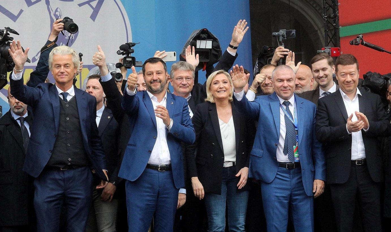 Ezkerretik eskuinera, Wilders Herbehereetako eskuin muturreko liderra, Salvini Italiakoa eta Le Pen Frantziakoa, iragan asteburuan, Milanen. / MATTEO BAZZI / EFE