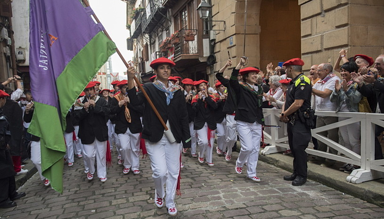 Jaizkibel konpainiako kideak, iragan irailaren 8ko desfilean, erakunde publikoetako ordezkarien aurretik igarotzen. / JUAN CARLOS RUIZ / FOKU
