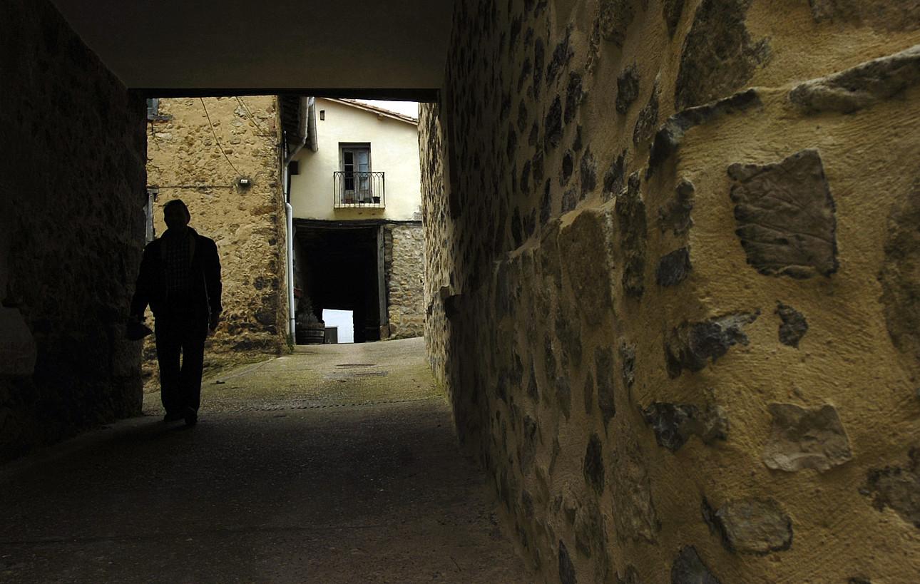 Pertsona bat Antoñanako kaleetan. ©RAUL BOGAJO / FOKU