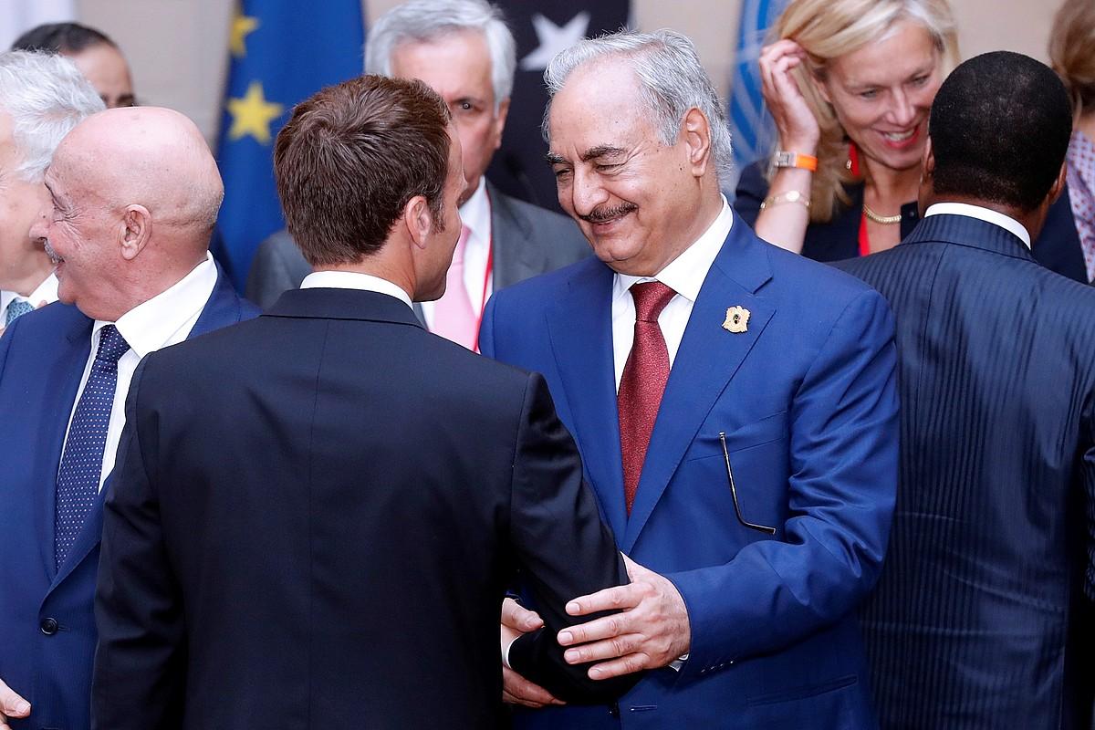Macron eta Haftar elkarri eskua ematen, iazko maiatzaren 29an, Parisko Eliseo jauregian. Libiako aldeek akordio bat sinatu zuten egun hartan.