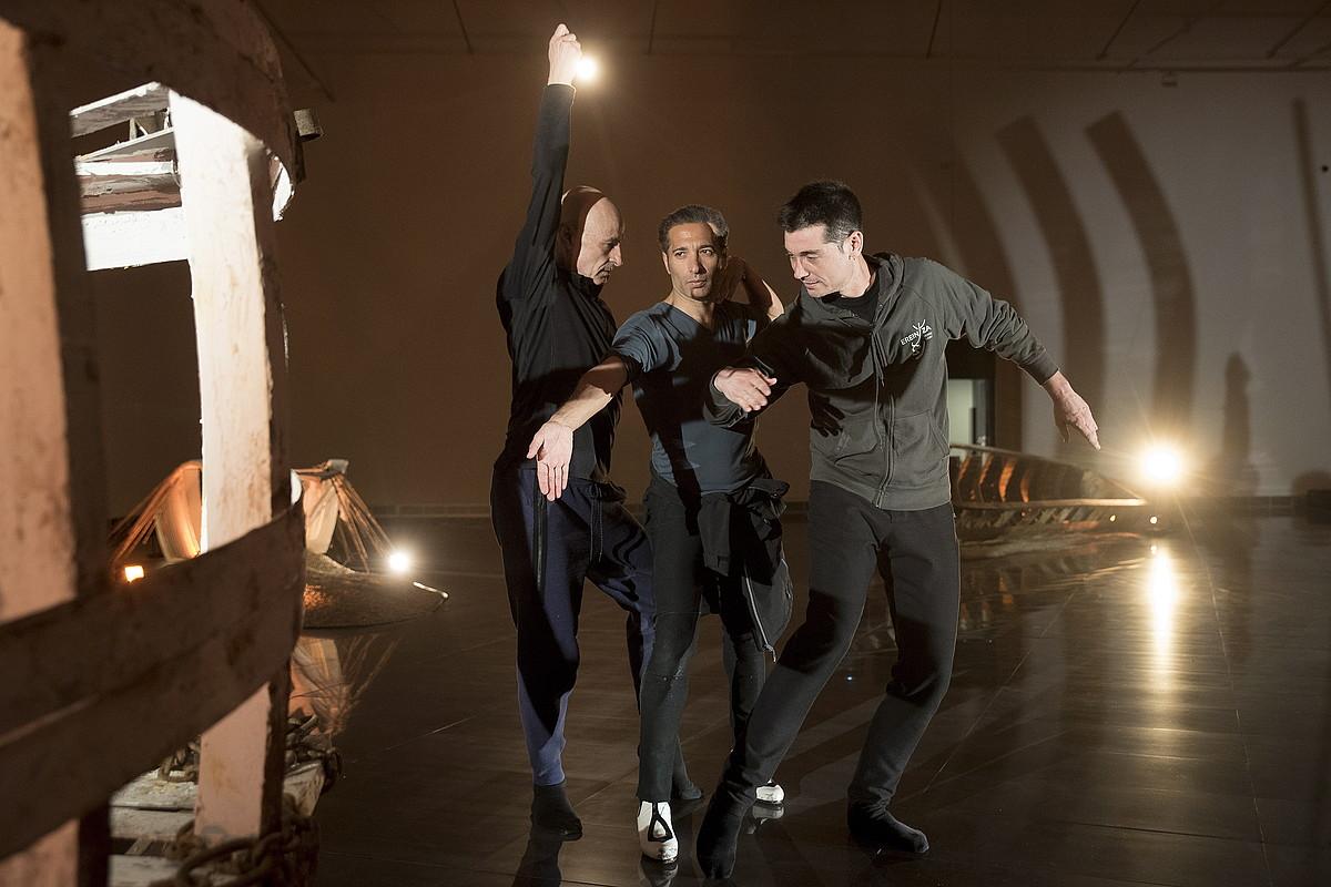 Cesc Gelabert, Israel Galvan eta Jon Maia, herenegun, Cecilia Paredesen instalazioaren inguruan dantzan. ©IÑIGO URIZ / FOKU