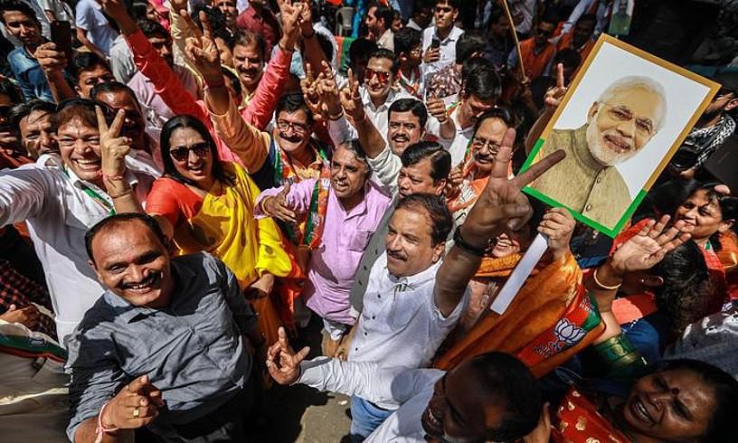 Narendra Modiren jarraitzaile batzuk, atzo, Bombayn, garaipena ospatzen, lehen ministroaren argazki bat eskuetan dutela. ©DIVYAKANT SOLANKI / EFE