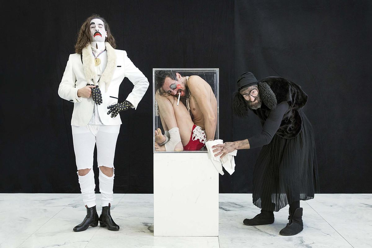 <em>Eins Zwei Drei</em> ikuskizunean taula gainean aritzen diren hiru artistak. ©NELLY RODRIGUEZ / MARTIN ZIMMERMANN KONPAINIA