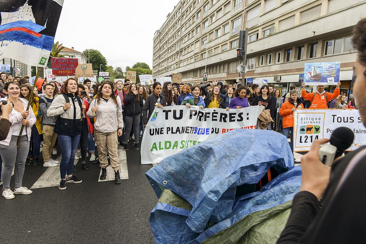 <b>Baiona. </b> Suprefetura aitzinean ere egin zuten protesta ikasleek. ©GUILLAUME FAUVEAU