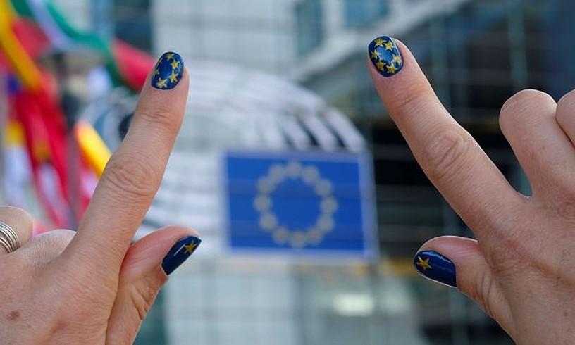 Emakume bat Europako Parlamentuaren egoitzaren aurrean, Bruselan, herenegun. ©OLIVIER HOSLET / EFE