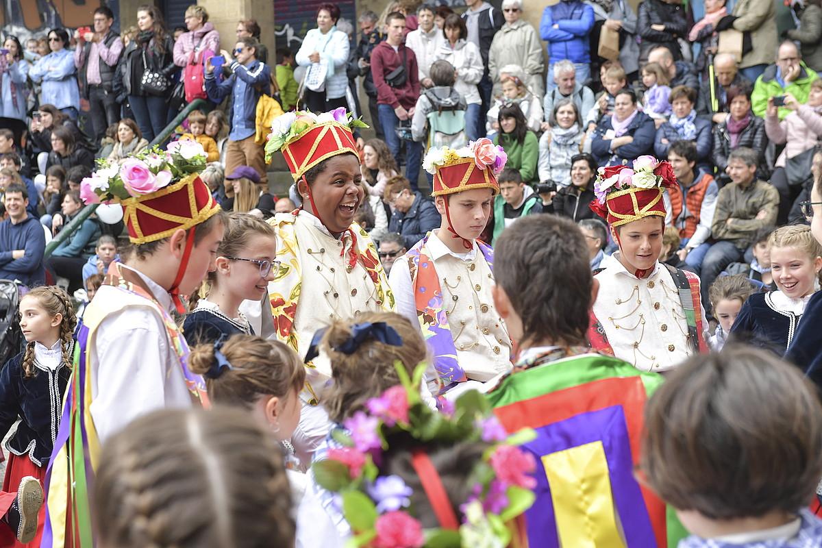 Alde Zaharreko Eguna baliatuta, Euskal Herriko zortzi dantza taldek folklore jaia egin zuten atzo. ©IDOIA ZABALETA / FOKU