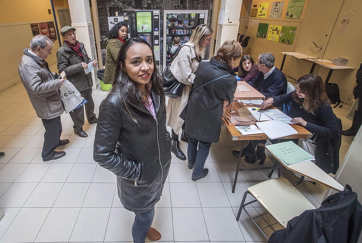 Tatiana Bellorin, atzo, Donostiako eskola batean, boto emaile artean. ©GORKA RUBIO / FOKU