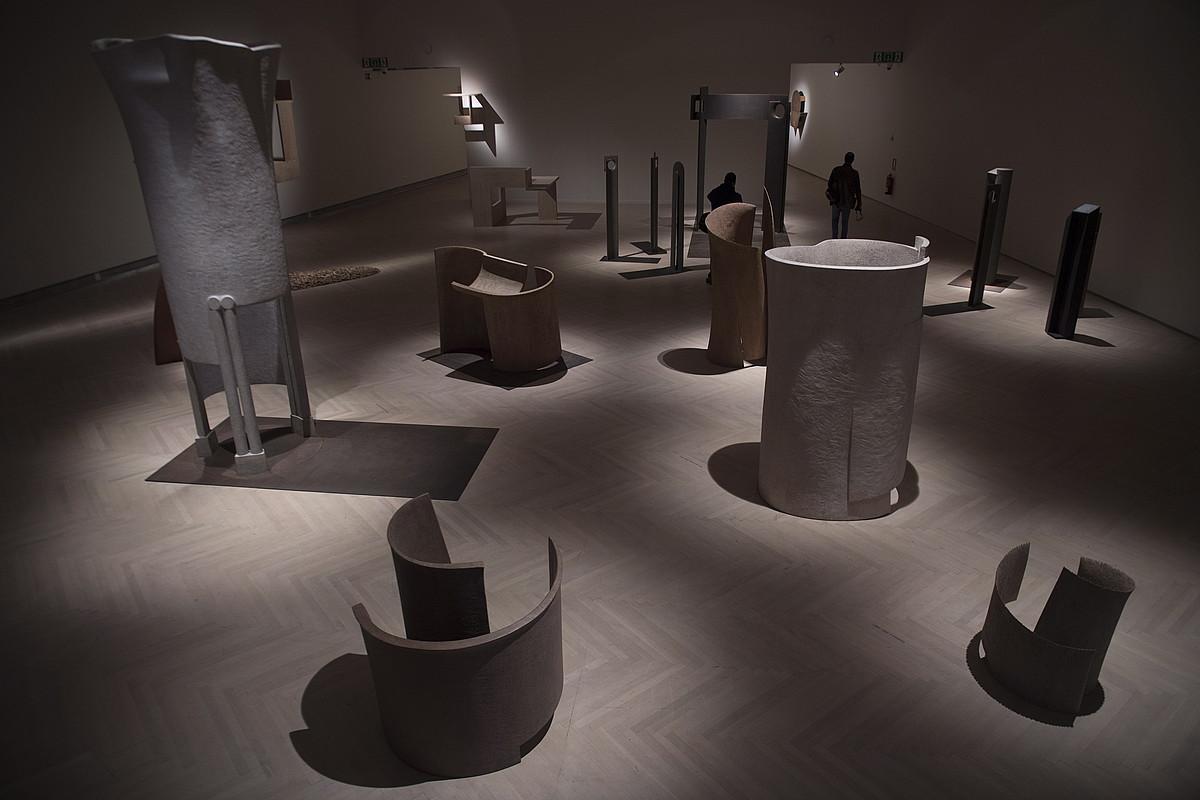 Argiztapen berezi baten laguntzaz, <em>Lantegi</em> erakusketak dei egiten du Jose Ramon Andaren eskulturen artetik ibiltzera. Abuztuaren 25era bitarte izango da ikusgai, Donostian. ©JUAN CARLOS RUIZ / FOKU