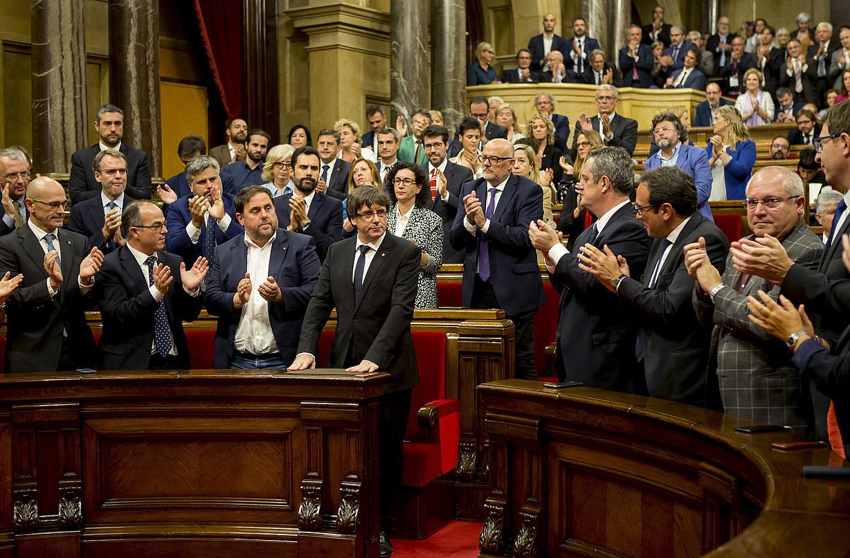 Puigdemont Kataluniako Parlamentuan, independentzia deklarazioa etetea proposatu ostean. 2017ko urriaren 10ean egin zuen, 9an egin beharrean. ©Q. GARCIA / EFE