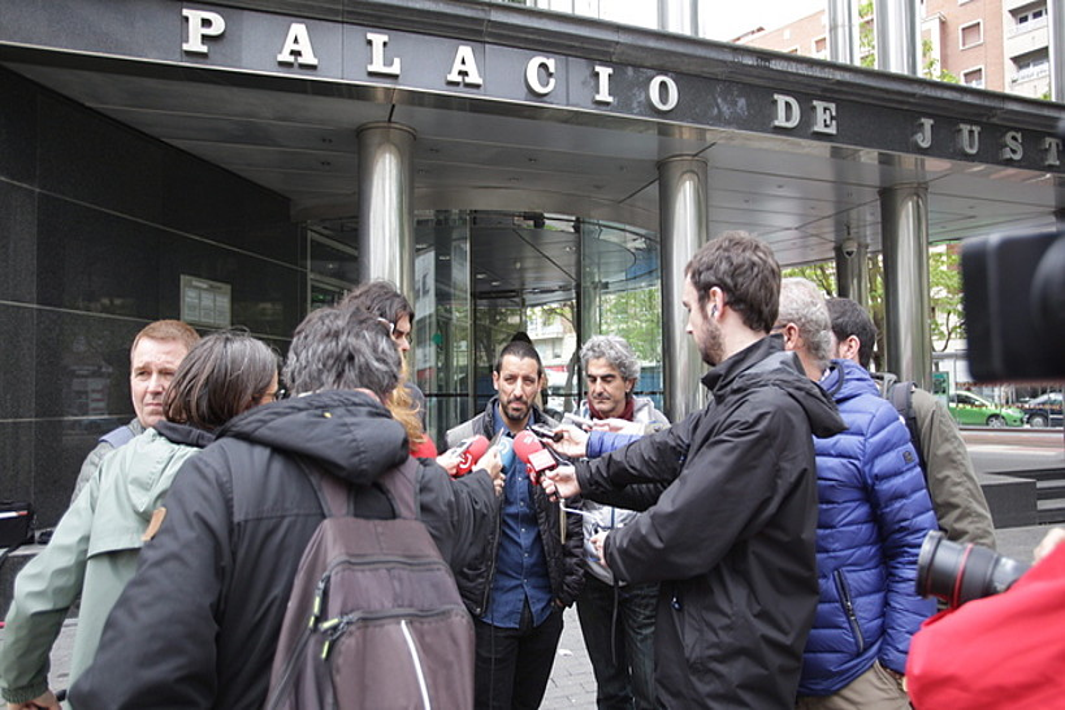 Martinez, Sanchez eta Nicolau, epailearen aurrean hitz egin ondoren, atzo. ©ENDIKA PORTILLO / FOKU