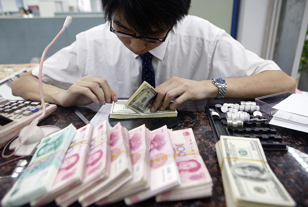 Yuanak eta dolarrak zenbatzen Txinako banku batean. ©EP