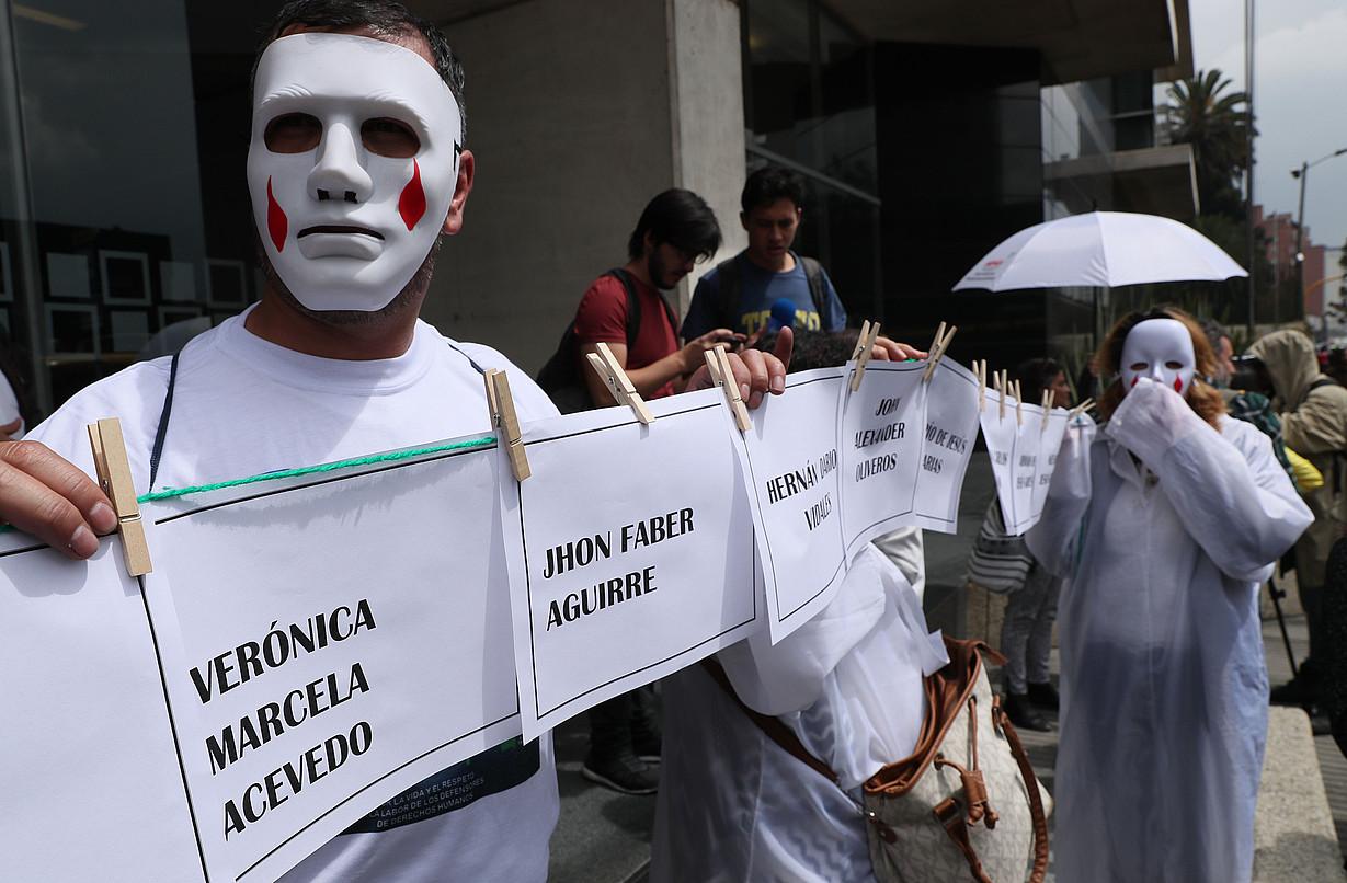 Hainbat pertsona protestan Bake Jurisdikzio Bereziaren egoitzaren aurrean, Bogotan, 2018an. Mario Montoya jeneral ohia deklaratzen ari zen. ©M. D. CASTAÑEDA / EFE