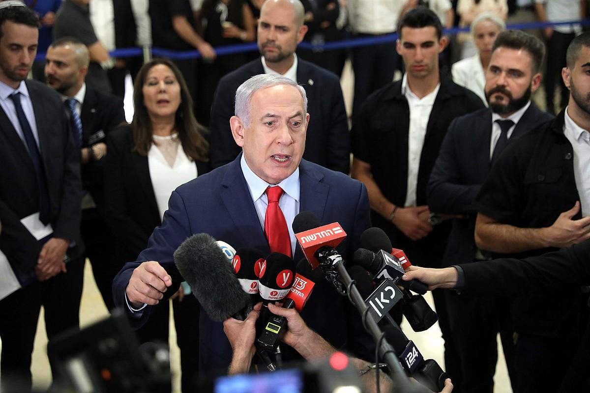 Benjamin Netanyahu Israelgo lehen ministroa, hedabideen aurrean parlamentua desegiteko erabakia azaltzen. ©ABIR SULTAN