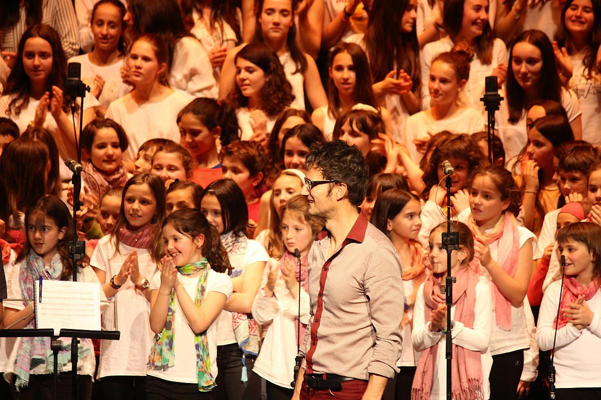 Juantxo Zeberio musikagilea, atzean haur abesbatza duela. ©BERRIA
