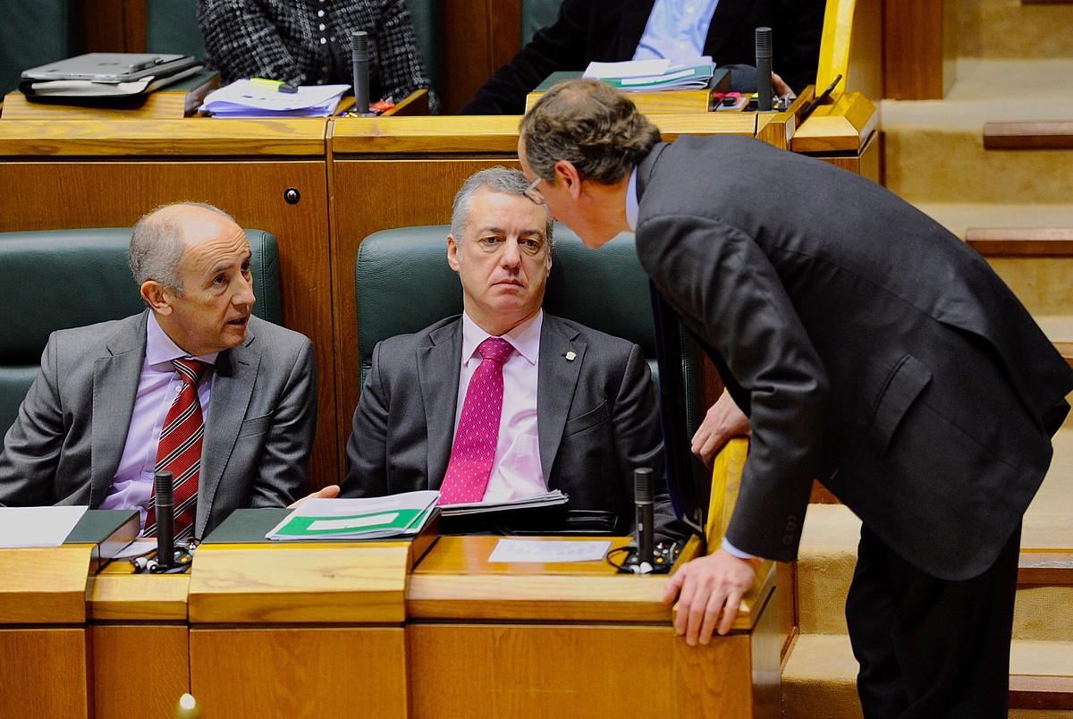 Iñigo Urkullu eta Alfonso Alonso hizketan, Eusko Legebiltzarrean, iazko otsaileko saio batean. ©JUANAN RUIZ / FOKU