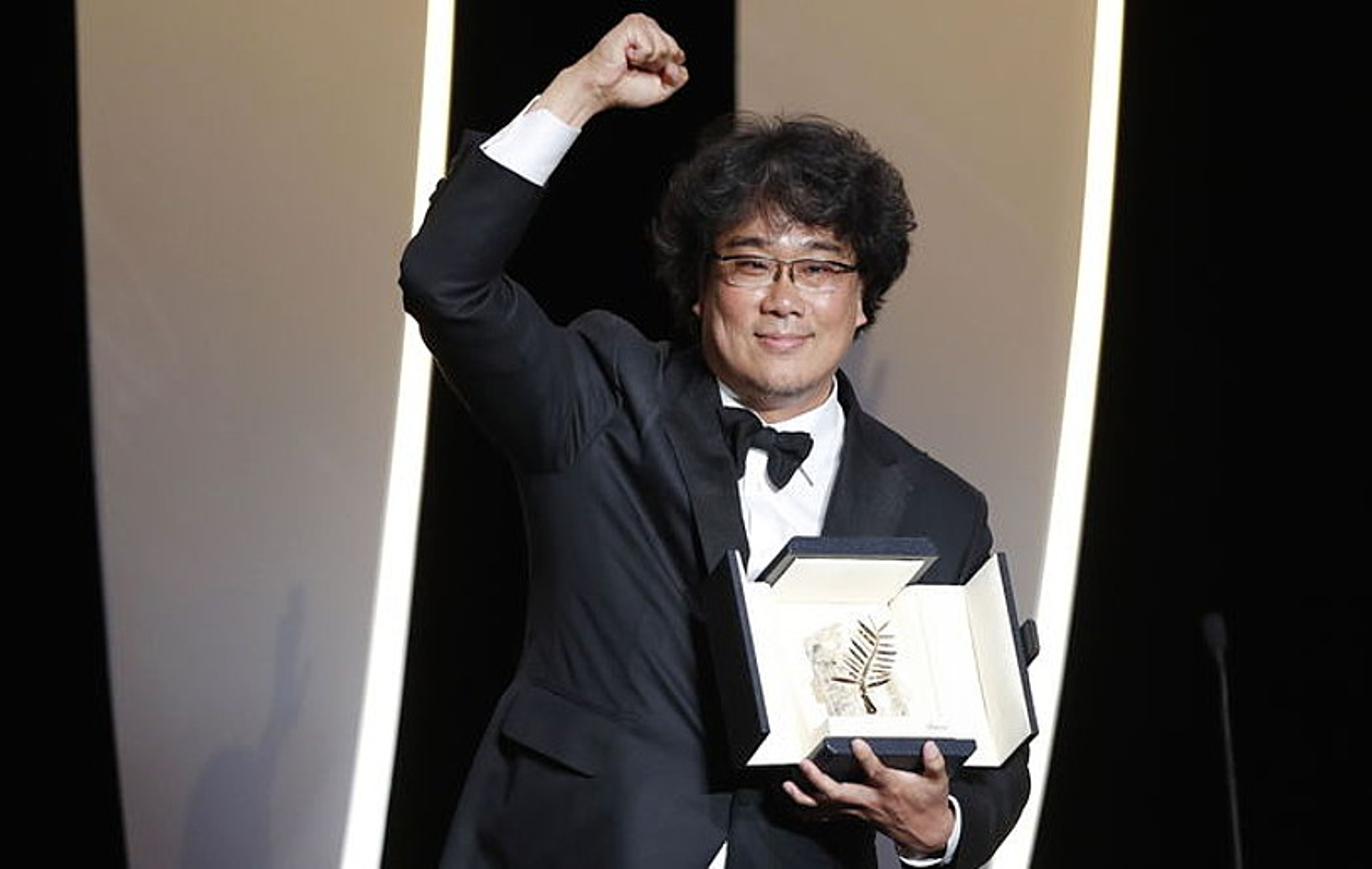 Bong Joon-ho zinemagilea Cannesko Urrezko Palma jasotzen, maiatzaren 25ean. ©GUILLAUME HORCAJUELO / EFE