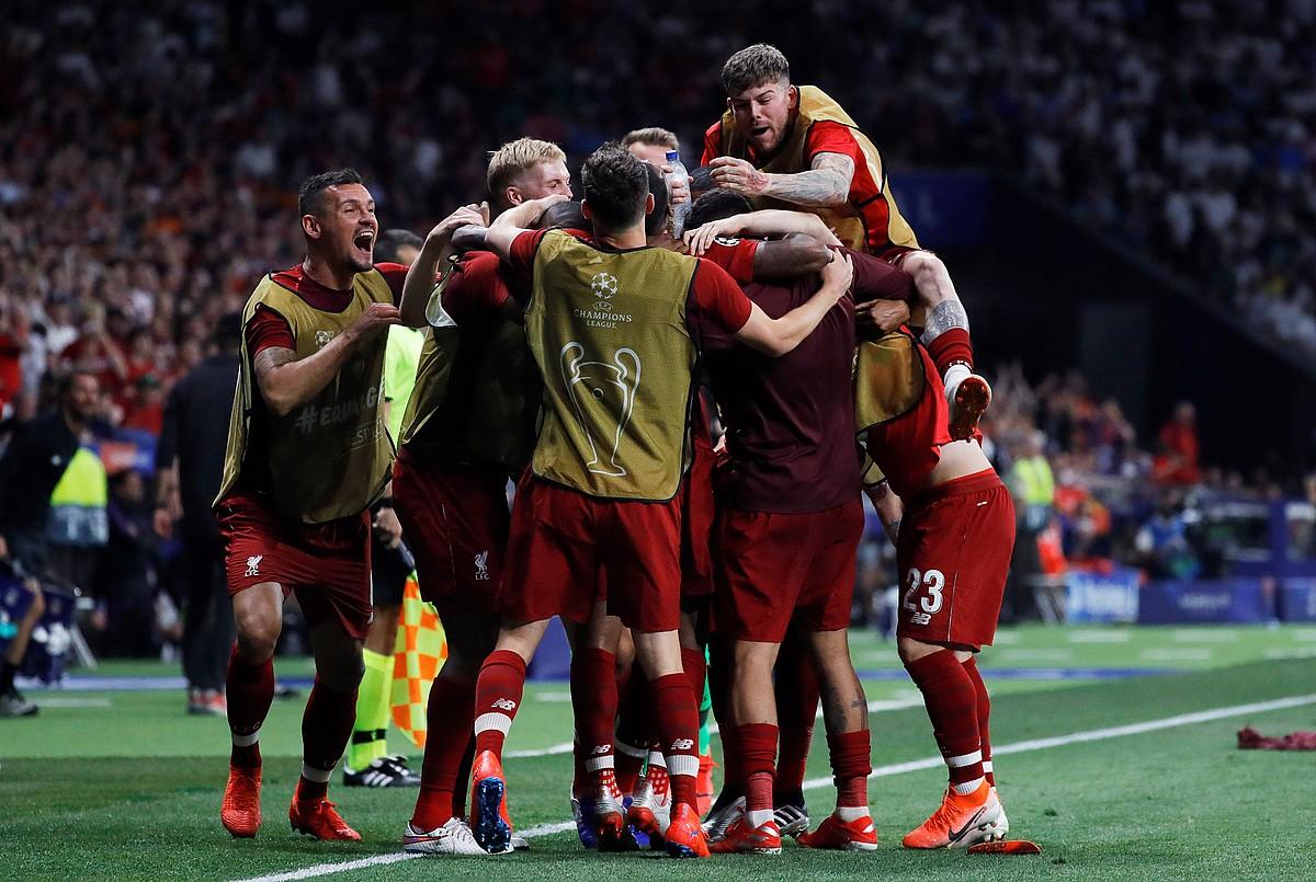 Liverpooleko jokalariak elkar besarkatuta, Origik atzoko partidako 86. minutuan sarturiko gola ospatzen. ©JAVIER MARTIN / EFE