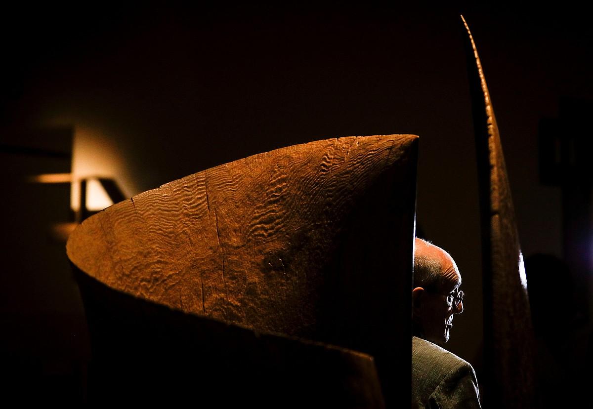 Jose Ramon Anda eskultorea, Donostian dagoen erakusketako pieza baten aldamenean. ©JAVIER ETXEZARRETA / EFE