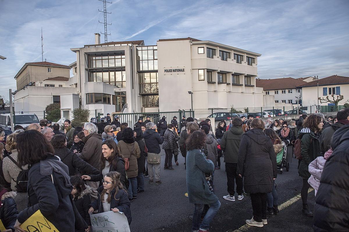 Migratzaileen harrera hobetzea eskatzeko manifestazioa, Hendaiako atxikitze zentroaren aitzinean. ©GORKA RUBIO / FOKU