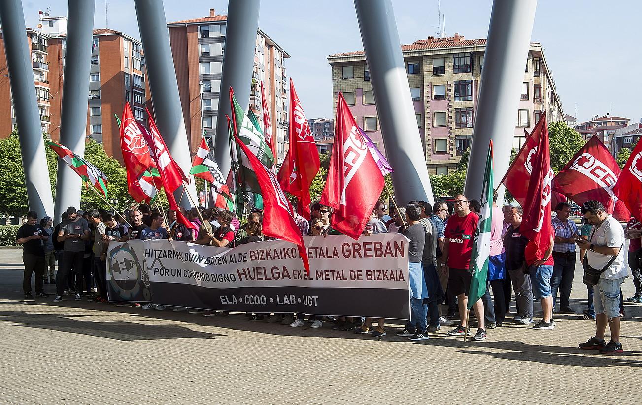 Bizkaiko metalgintzako sindikatuek atzo BECen egin zuten agerraldiko une bat. ©LUIS JAUREGIALTZO / FOKU