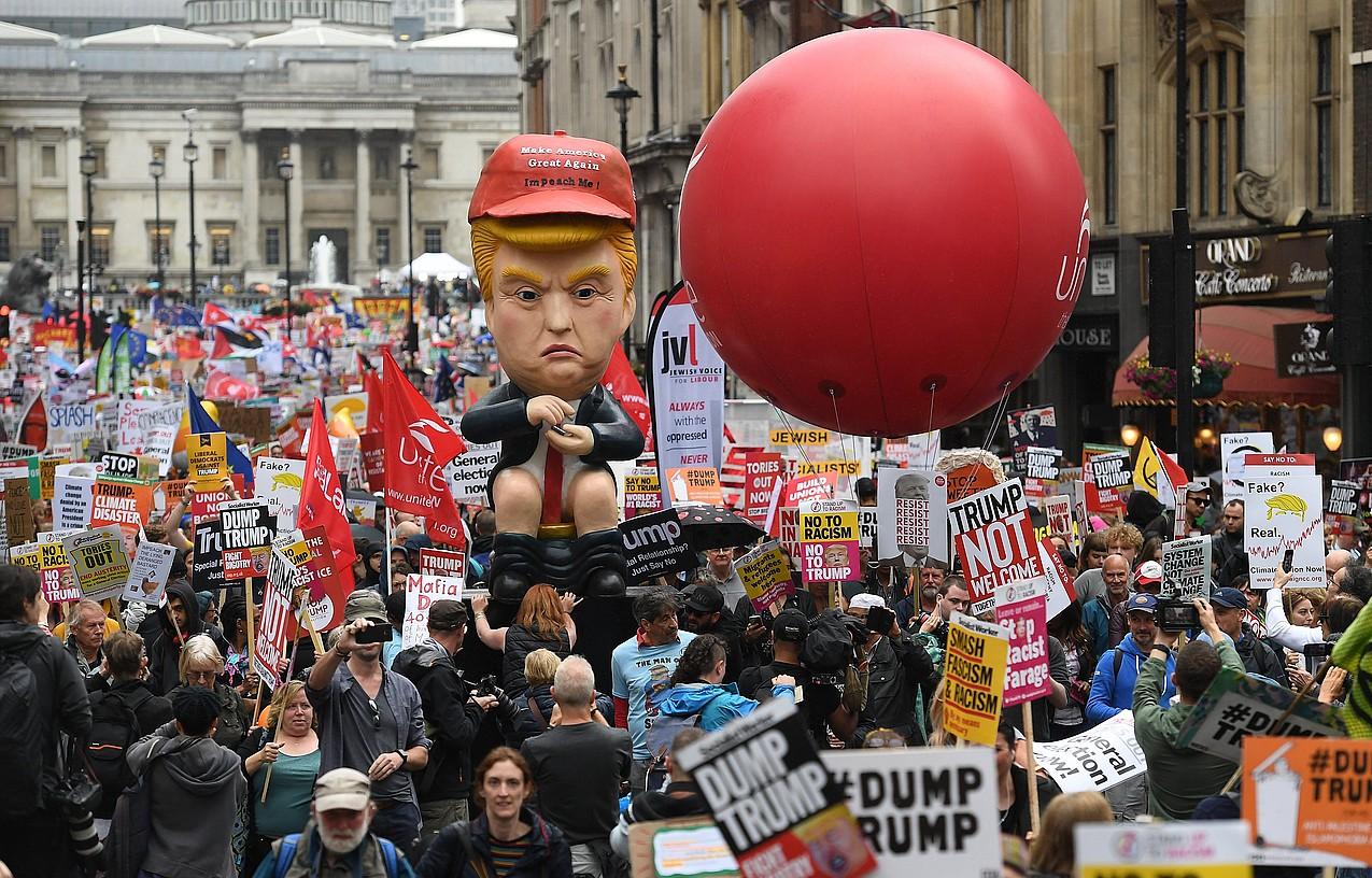 Milaka herritarrek hartu dute parte Trump presidentearen aurkako manifestazioan. ©ANDY RAIN / EFE