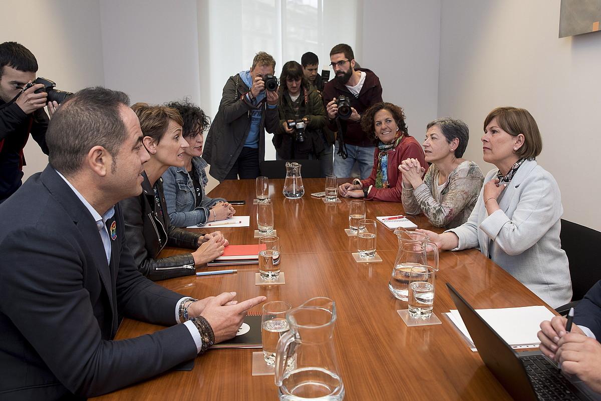 PSNko eta Geroa Baiko ordezkariak atzo, Nafarroako Parlamentuan. Ikusmin handia piztu zuen bilerak.