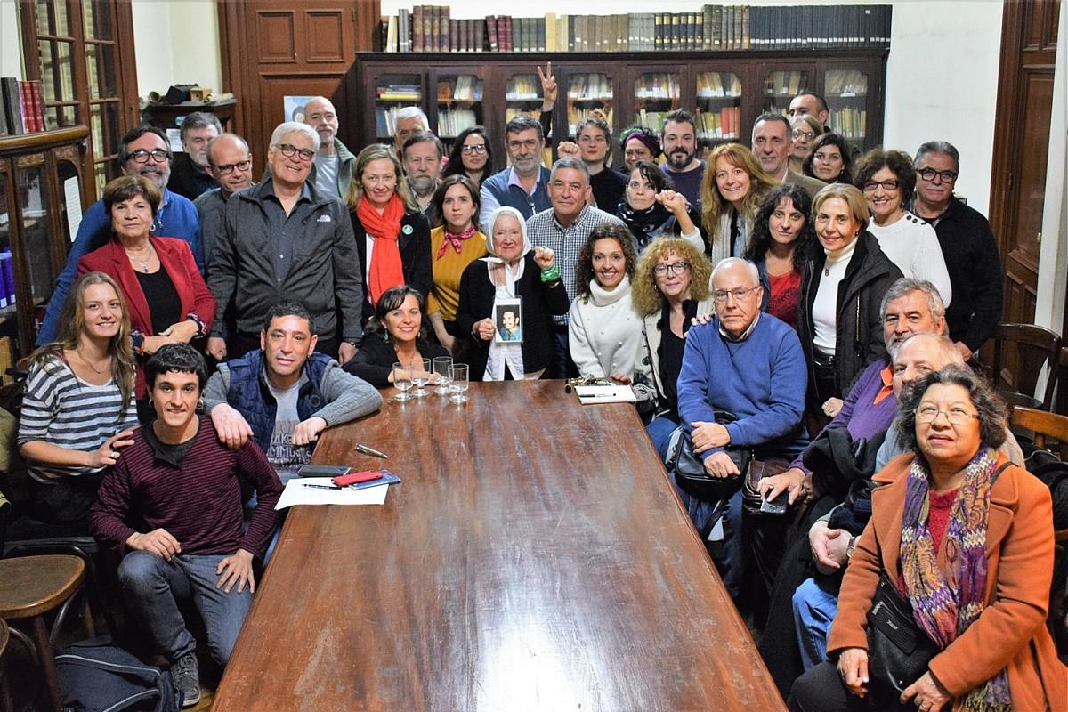 German Rodriguezen auziaren harira Buenos Airesera joandako kideak, atzo, giza eskubideen aldeko eragileekin.