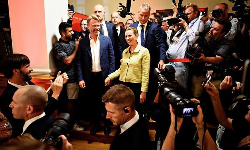 Frederiksen Alderdi Sozialdemokrataren buruzagia jarraitzaileekin hizketan, atzo, emaitzak jakin berritan. ©PHILIP DAVALI / EFE