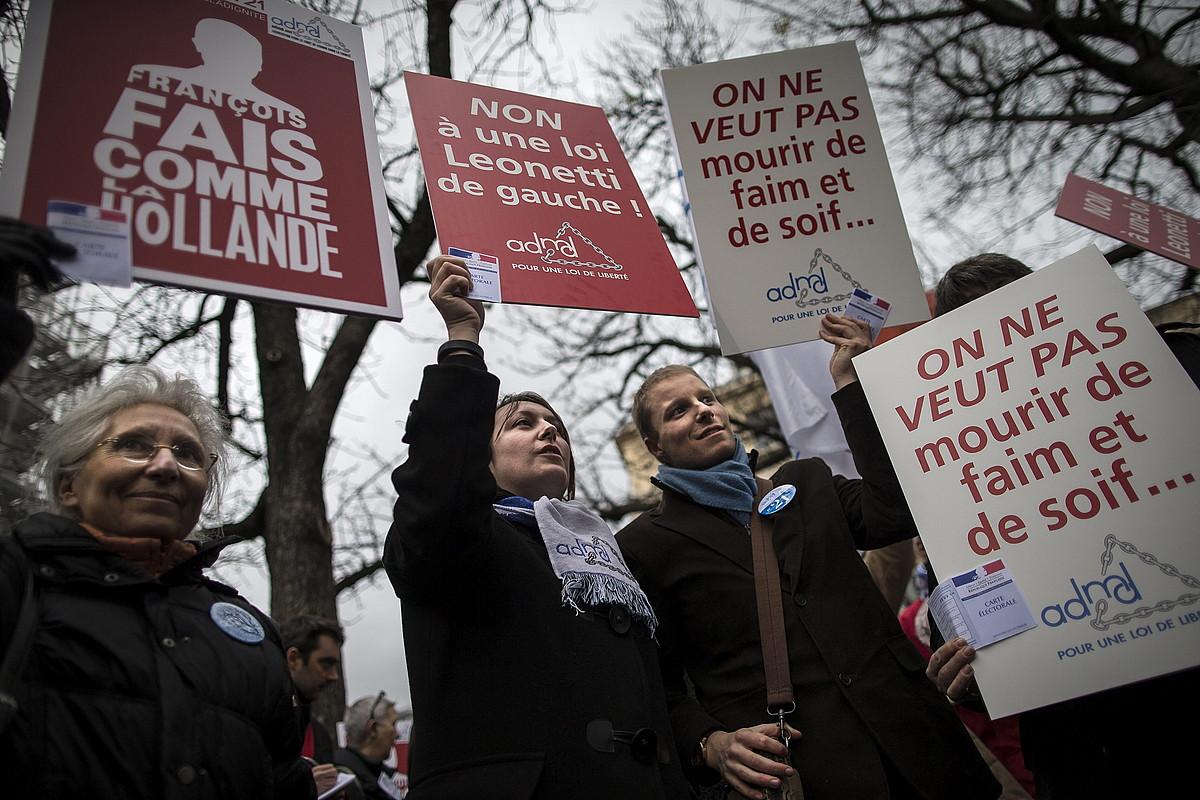 Eutanasia legeztatzearen alde batutako hainbat pertsona mobilizazio batean, Parisen, artxiboko irudi batean. ©I. LANGSDON / EFE