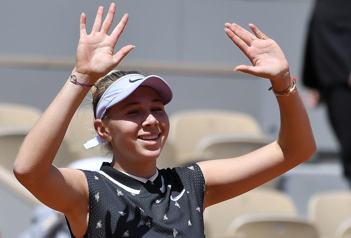 Amanda Anisimova, pozarren, Simona Halep iazko txapelduna kanporatu berritan. 17 urte besterik ez ditu. ©JULIEN DE ROSA / EFE