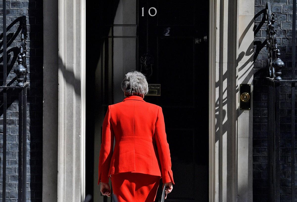 Theresa Mayk maiatzaren 24an eman zuen dimisioaren berri, Downing Streeteko 10. zenbakiaren aurrean. Hunkituta eta negarrez itzuli zen eraikinera; atzo, ordea, ez zuen agerraldirik egin. ©NEIL HALL / EFE