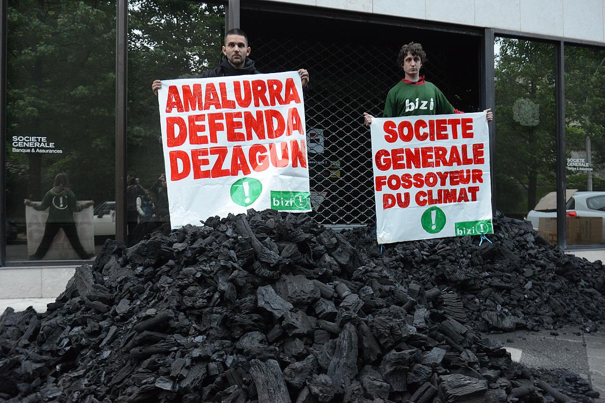 <b>Protestak. </b>Societe Generale bankuaren aurkako ekintzak egin dituzte, petrolio eta gas sektoreko negozioengatik. ©SYLVAIN SENCRISTO / IPARLA