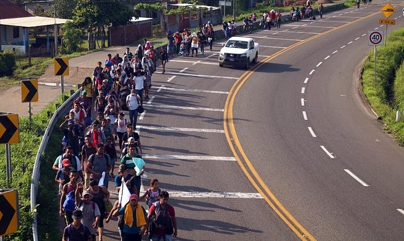 Hainbat migratzaile Tapachula hirira doan errepidean, Guatemalako muga zeharkatu ondoren. ©CARLOS LOPEZ / EFE