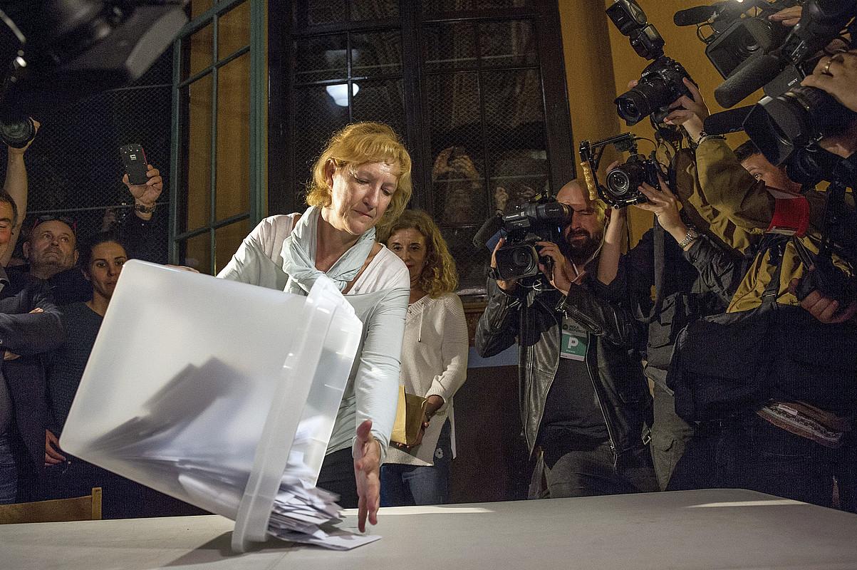 Urriaren 1eko erreferendumeko botoak kontatzen hasteko unea, Bartzelonako bozkaleku batean. ©ENRIC FONTCUBERTA / EFE