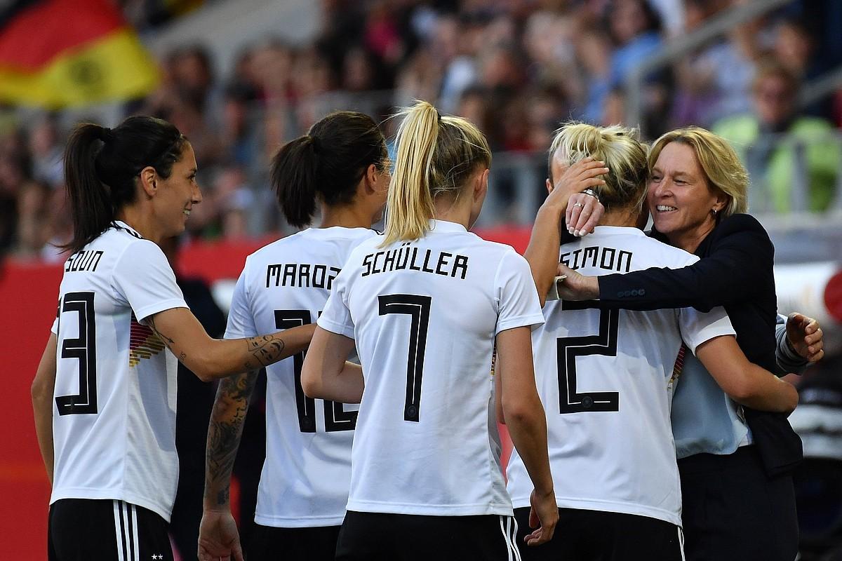 Alemaniako jokalariak Martina Voss-Teckleburg hautatzailea besarkatzen, gol bat sartu eta gero.