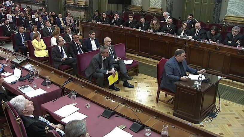 Oriol Junqueras azken mintzaldian, gainerako akusatuak atzean dituela, atzo, Auzitegi Gorenean. ©AUZITEGI GORENA / EFE