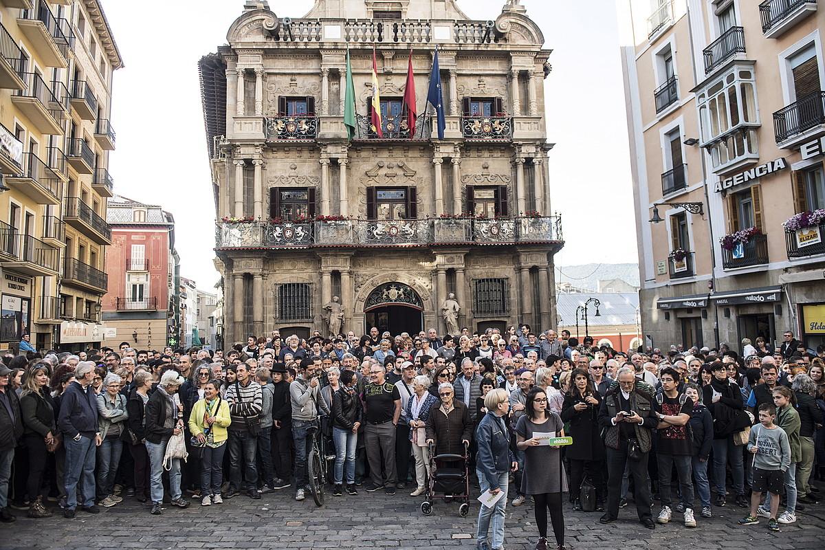 Agerraldi jendetsua egin zuen atzo EH Bilduk Iruñeko Udaletxe plazan. ©JAGOBA MANTEROLA / FOKU