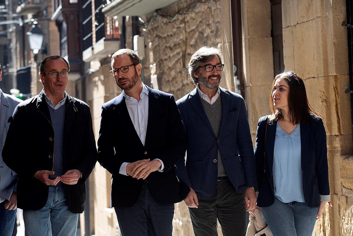 Alonso, Maroto, Oiarzabal eta Comeron, Guardiako kaleetan, kanpainan. ©ADRIAN RUIZ DE HIERRO / EFE