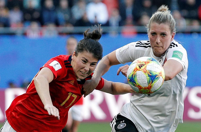 Lucia Garcia Espainiako jokalaria eta Verena Schweers Alemaniakoa nor baino nor gehiago, atzoko partidan.