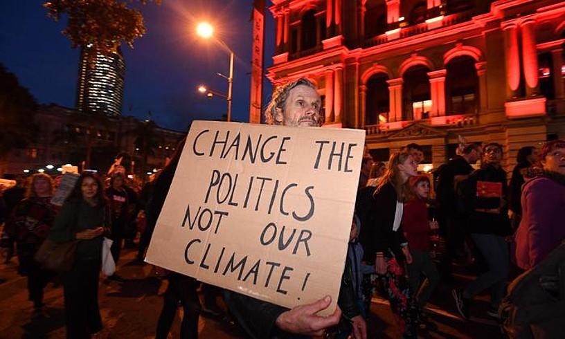 Herritarren protestak Brisbane hirian, meategia zabaltzeko baimena eman ondoren. ©DARREN ENGLAND / EFE