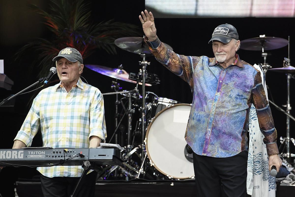 The Beach Boys taldeko kideak, agertokian: Bruce Johnston eta Mike Love, hurrenez hurren, 2017an Berlinen emandako kontzertu batean. ©CLEMENS BILAN / EFE
