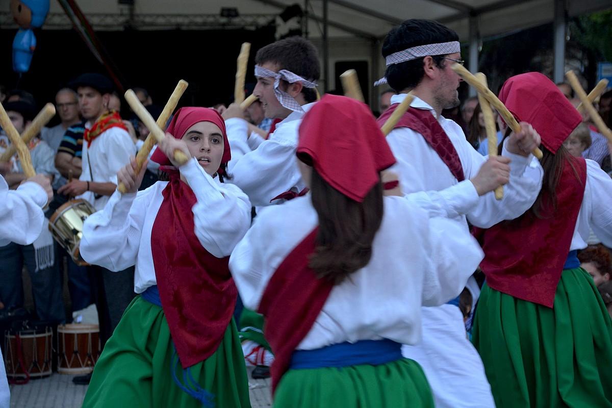 Oberenako dantzariak, Iturrama auzoan antolatutako topaketan, Cortesko makil dantza plazaratzen. ©IKER TUBIA