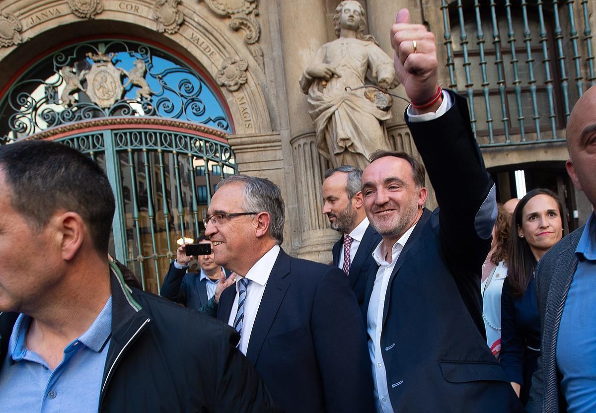 Enrique Maia eta Javier Esparza, Iruñeko udaletxetik irteten, Maia Nafarroako hiriburuko alkate izendatua izan berritan. ©IÑAKI PORTO / EFE