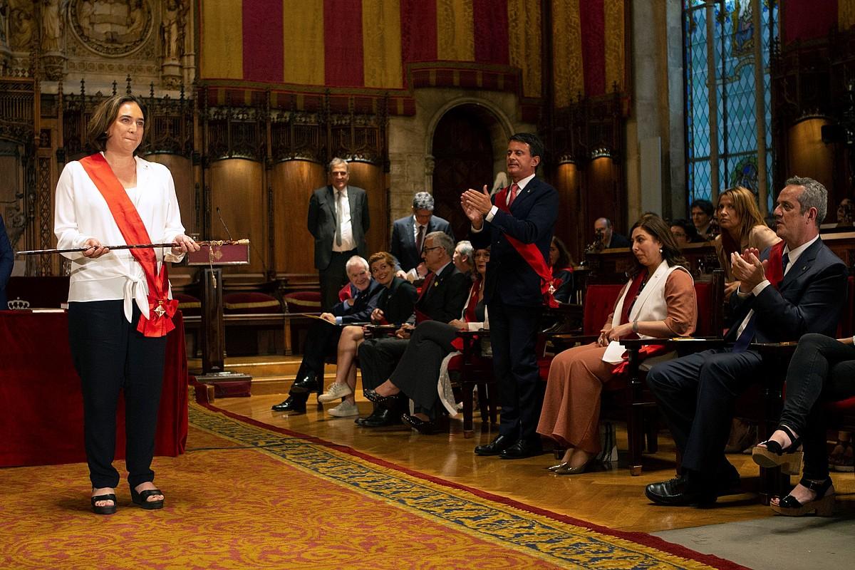 Ada Colau Bartzelonako aginte makila hartzeko unean, Manuel Valls eta Joaquim Forn begira dituela. ©QUIQUE GARCIA / EFE