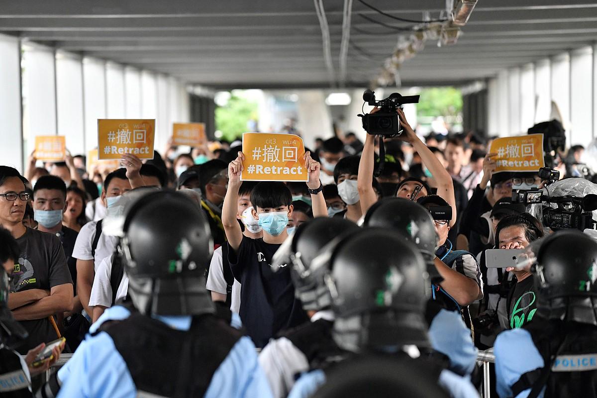 Manifestariak iragan ostegunean, Hong Kongen, lege proiektuaren aurkako protestetako batean. ©EDWIN KWOK / EFE